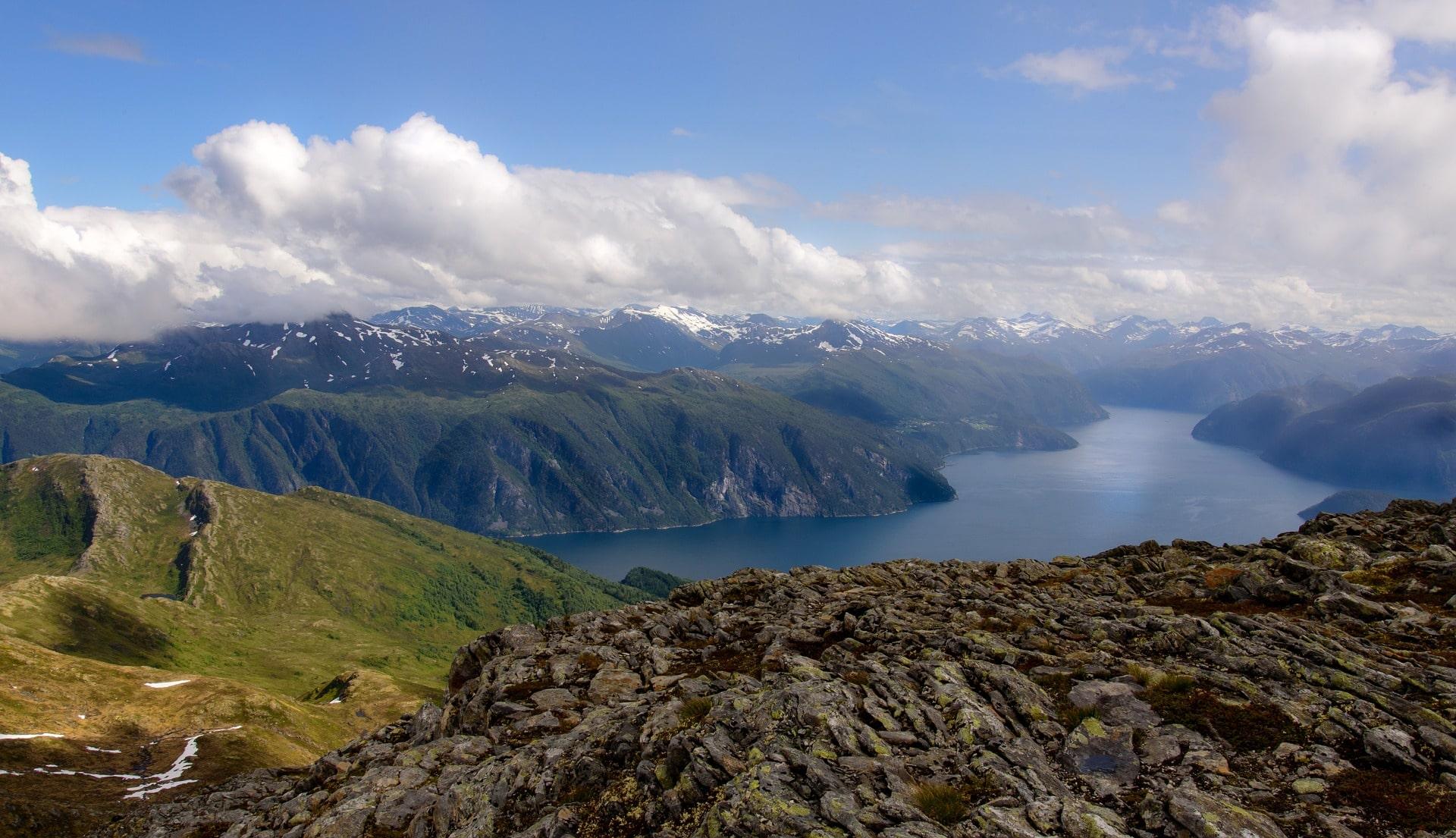 Crociera nei fiordi norvegesi: paesaggi mozzafiato.